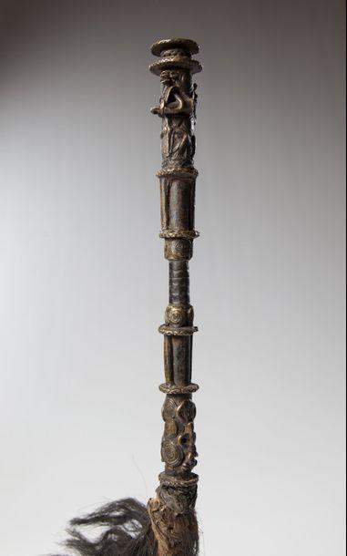 YORUBA/OWO, Nigéria  Très ancien chasse-mouches dont le manche tubulaire en fer...