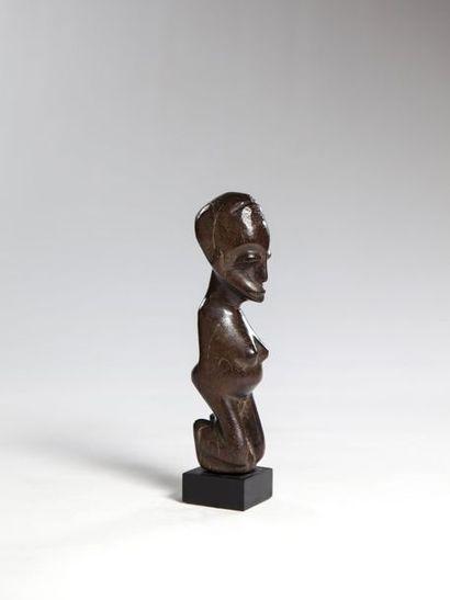 LOBI, Burkina Faso  Statue féminine en position...