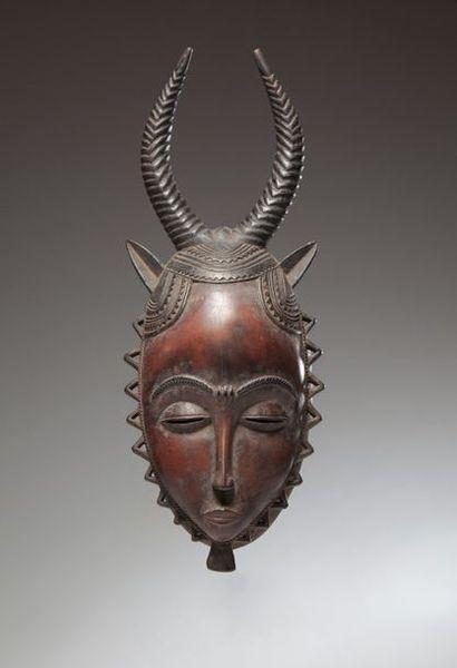 Yaouré ou Yohouré, Côte d'Ivoire  Elégant masque antropozoomorphe surmonté de deux...