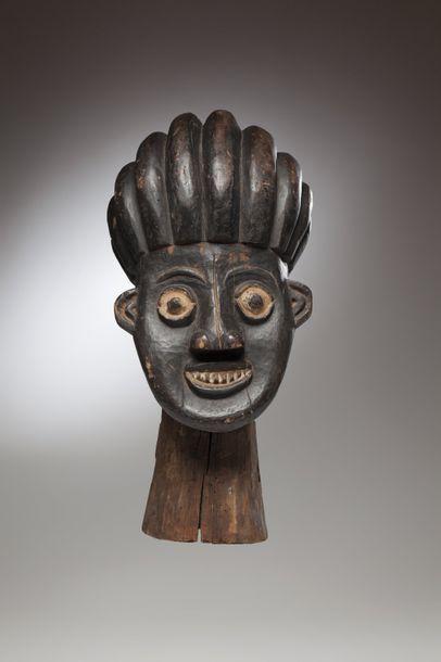 BAMOUN, Cameroun  Important cimier de danse...