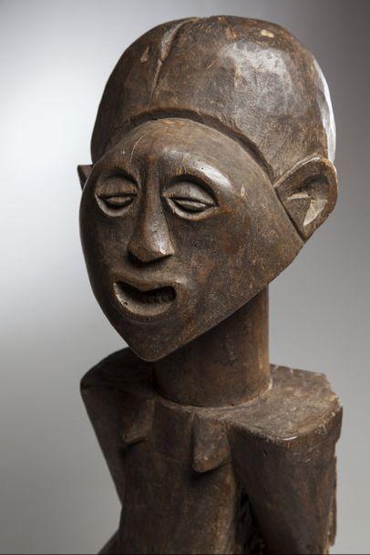 """SONGE, République Démocratique du Congo  Statue """"Nkishi"""" au menton pointu caractéristique..."""