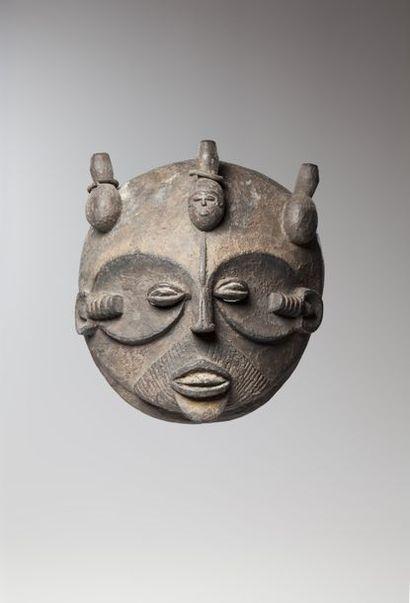IDOMA, Nigéria  Grand masque de forme discoïdale....