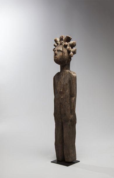 SAKALAVE, Madagascar  Statue féminine debout,...