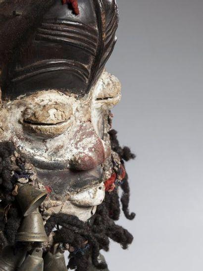 """OUOBE, Côte d'Ivoire  Masque dit """"chanteur"""" à cause des nombreuses clochettes ornant..."""