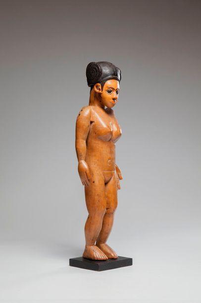ANTANOSY, Madagascar  Statue féminine en...