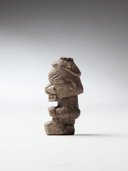 KISSI, Guinée  Statue d'homme à tête hypertrophiée...