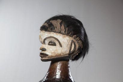 """IGALA/IDOMA, Nigéria  Cimier de danse """"Ungulali"""" portant une coiffe peau de singe...."""