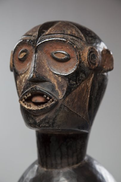 IDOMA/IZI, Nigéria  Remarquable cimier de danse en bois lourd à profonde patine....