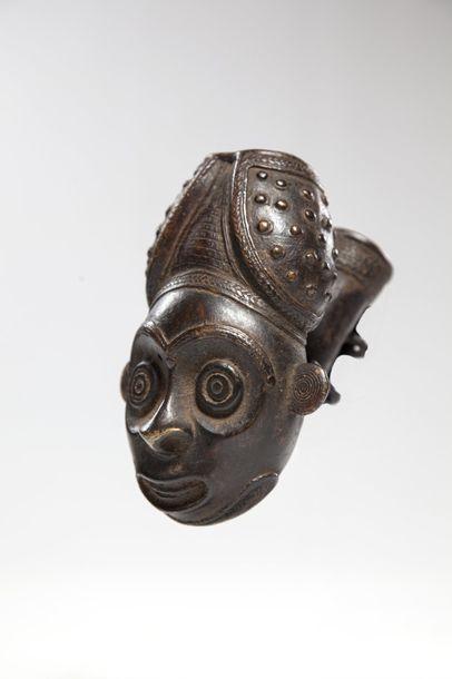 BAMILEKE, Cameroun  Fourneau de pipe en bronze...