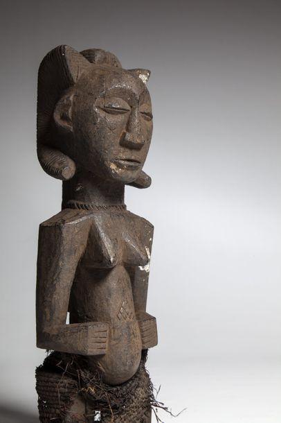 LUBA/MAMBWE, République Démocratique du Congo  Ancienne statue féminine à la patine...
