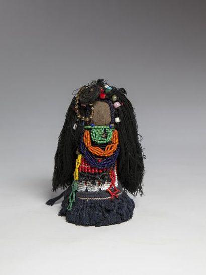 ZULU, Afrique du Sud  Ancienne poupée en bois à longue coiffure en fils de coton...