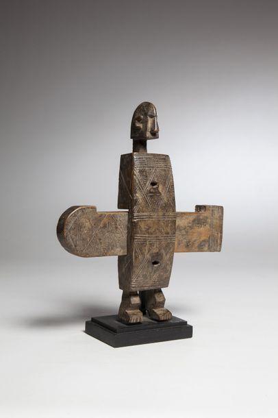 DOGON, Mali  Serrure en forme de personnage dont le corps est gravé de lignes géométriques....
