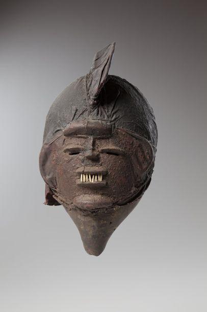 YORUBA, Nigéria  Masque en calebasse recouvert de tissus imprégnés de colorant naturel...