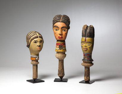 KUYU, Congo  Trois têtes de marionnette polychromes...