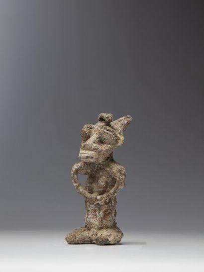 YORUBA, Nigéria  Statuette d'autel en étain...