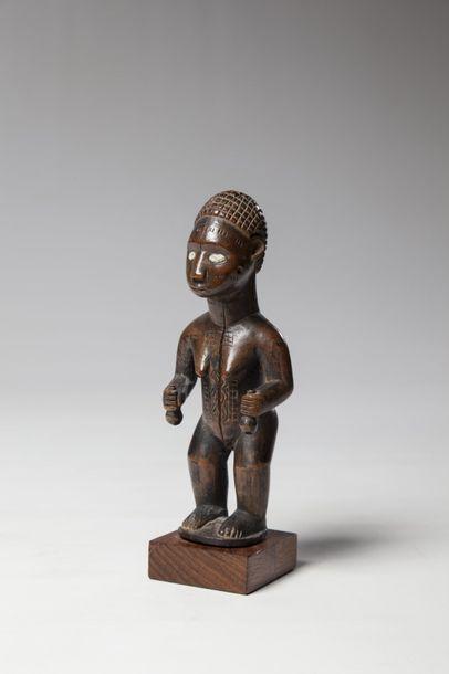 BEMBE, Congo  Statue féminine tenant en main...