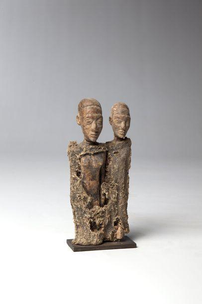BARIBA, Bénin  Couple de statuettes emballées...