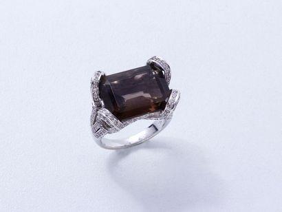 Bague en or 750 millièmes, ornée d'un quartz...