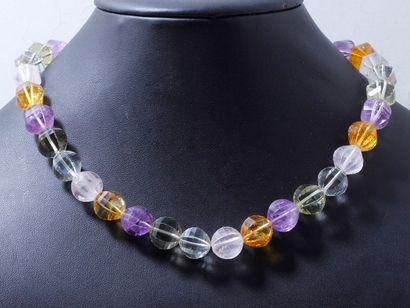 Collier composé d'un rang de perles de pierres...