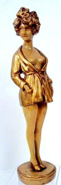 Figurine en plâtre peinte en or. H 40 cm....