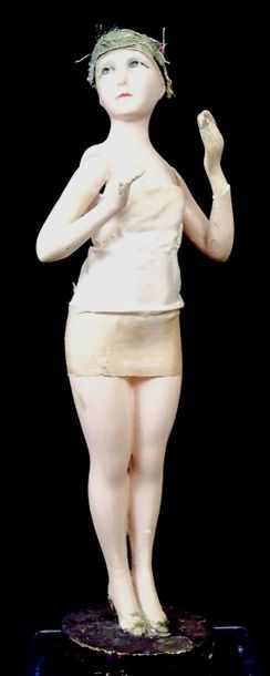 Figurine féminine en plâtre sur socle rond...