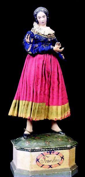 Statuette féminine en plâtre délicatement...