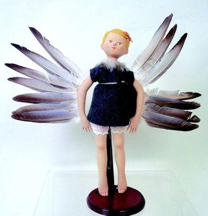 «L'envol» personnage aux bras garnis de plumes...