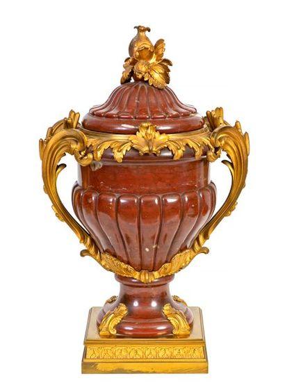 Grand vase de style Louis XV à deux anses...