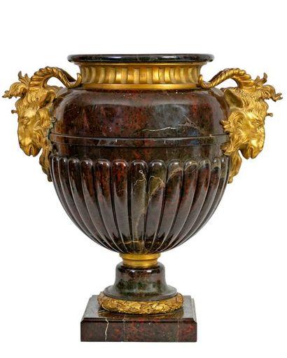 Grand vase de style Louis XVI à deux anses...