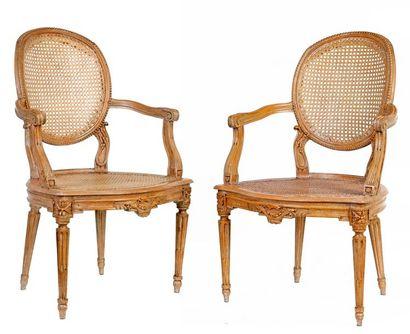 Paire de fauteuils cabriolets cannés de style...
