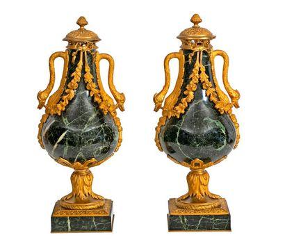 Paire de grands vases balustresà deux anses...