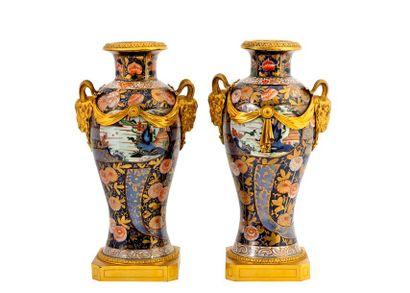 Paire de grands vases balustres en porcelaine...
