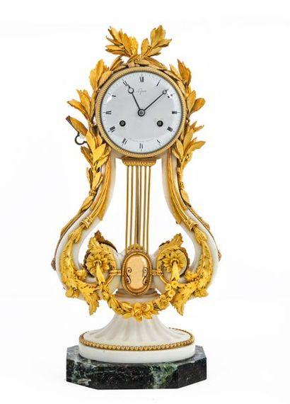 Pendule lyre en marbre blanc et bronze ciselé...