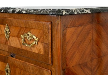 Small Regency style chest of drawers in veneer wood opening by two large drawers...