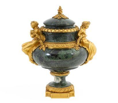 Vase et son couvercle de style Louis XVI...