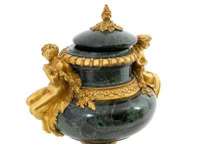 Vase et son couvercle de style Louis XVI en marbre vert de Tinos à la riche monture...