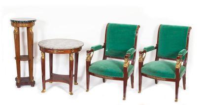 Une paire de fauteuils, un guéridon rond...