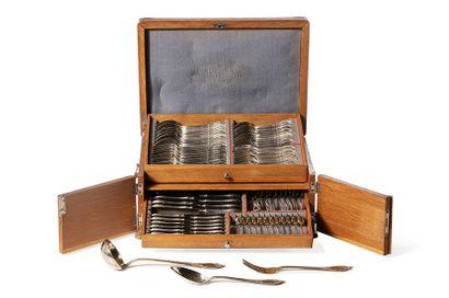 Ménagère de style Louis XV en argent 800/1000 de 99 pièces comprenant: 12 couverts...