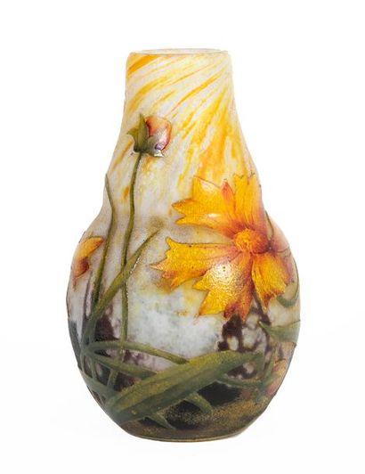 DAUM Nancy Petit vase balustre de style Art Nouveau en verre multicouche dégagé...