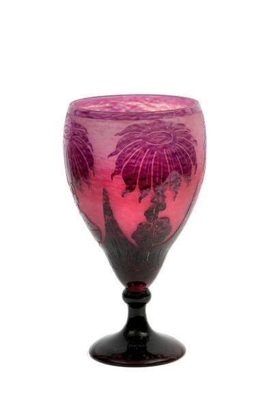LE VERRE FRANÇAIS Vase sur piédouche de style...