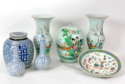 Chine, XIX-XXe siècle Lot de porcelaines...