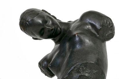 Victor ROUSSEAU (1865-1954) Buste de jeune fille dénudée Bronze à patine noire Signé...