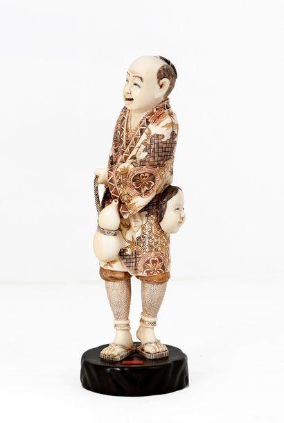 Japon, début XXe siècle Okimono en ivoire...