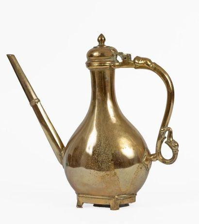 Inde, XVIIIe siècle Aiguière moghole en bronze...