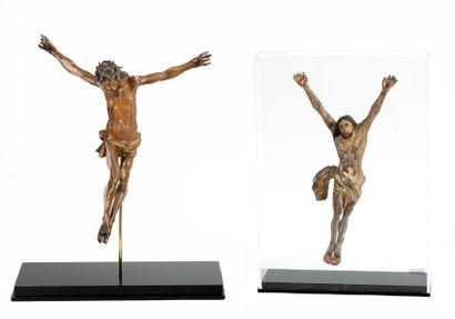 Deux Christ en croix en bois sculpté Traces...