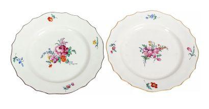 Deux assiettes plates chantournées en porcelaine...