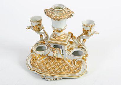 Encrier en porcelaine blanche et or de Tournai...