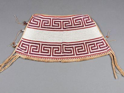 Pagne composé de perles de verres multicolores formant un décor géométrique ancestral...