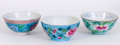 Lot de 3 bols en porcelaine à décor de groupes...