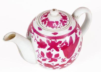Une théière en porcelaine à décor en camaïeu...